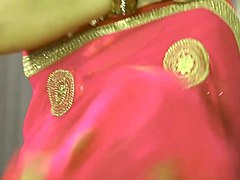 desi wearing saree very very hoooot